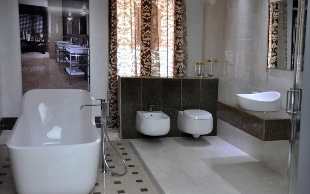 bagno con vasca e sanitari bianchi