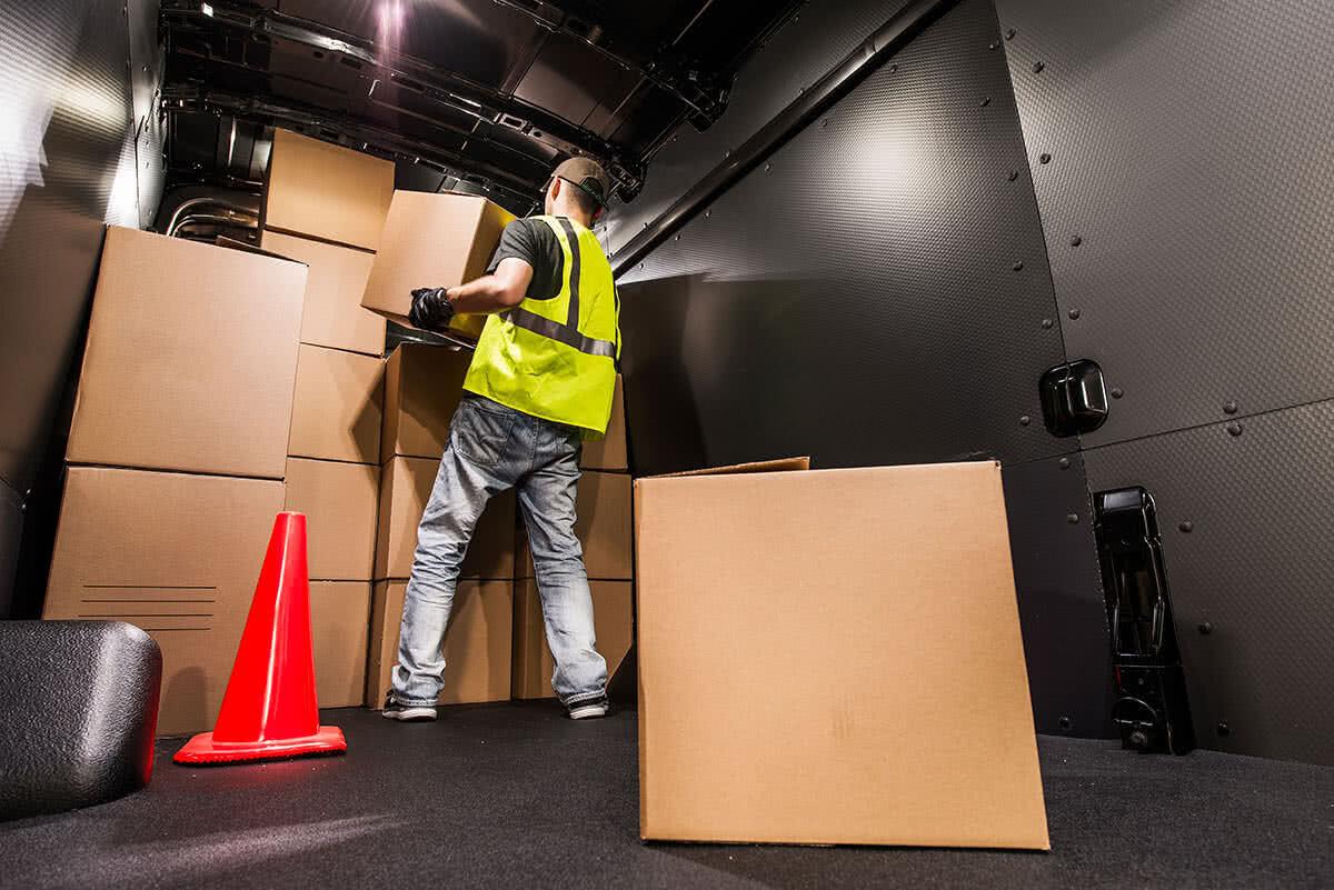 traslocatore con scatoloni